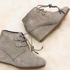 NWT Tom's womens kala suede wedge bootie size 6